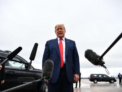 O presidente Donald Trump se dirige à imprensa antes de embarcar no 'Air Force One', na base aérea Andrews, em Maryland, na quinta-feira passada.