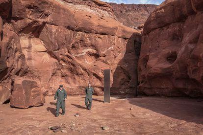 Funcionários do Estado de Utah com o monólito achado entre os cânions, na terça-feira da semana passada.