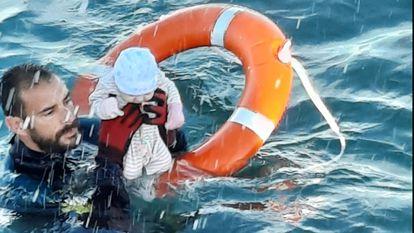 Juanfran, do Grupo Especial de Atividades Subaquáticas (GEAS) da Guarda Civil de Ceuta, durante o resgate de um bebê na terça-feira.