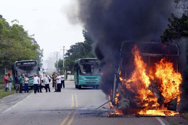 Ônibus incendiado na semana passada.