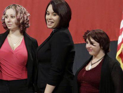 Amanda Berry, Gina DeJesus e Michelle Knight, em uma cerimônia em fevereiro.
