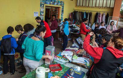 Pais organizam Bazar com peças doadas pela comunidade para arrecadar dinheiro para a escola