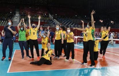 A equipe brasileira celebra o bronze.