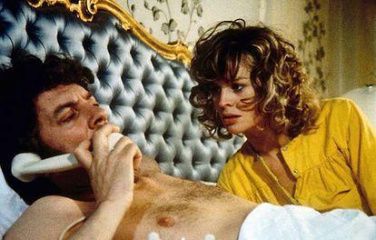 Donald Sutherland e Julie Christie mostram a intimidade de um casal no filme 'Inverno de Sangue em Veneza'.