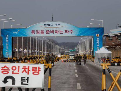 """Entrada da Zona Desmilitarizada que separa as duas Coreias pela ponte de Tongil (""""reunificação"""")."""