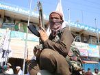 -FOTODELDIA- Jalalabad (Afganistán), 17/08/2021.- Los combatientes talibanes patrullan en Jalalabad, Afganistán, este martes 17 de agosto de 2021. El mulá Baradar Akhund, jefe de la oficina política de los talibanes en Catar, declaró el día 16, después de que los insurgentes entraran en Kabul, en un mensaje en vídeo el fin de la guerra de Afganistán con la victoria de los insurgentes. EFE/STRINGER