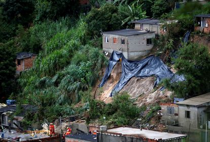 Rescue workers search the site of a mudslide, after heavy rains at Vila Ideal neighborhood in Belo Horizonte, Minas Gerais state, Brazil January 24, 2020. REUTERS/Cristiane Mattos