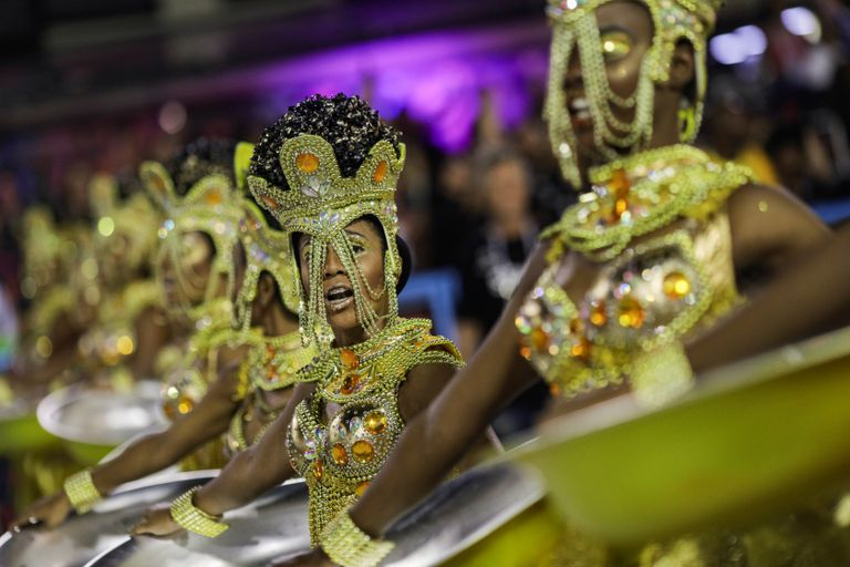 Integrantes da Viradouro durante o desfile na Sapucaí.