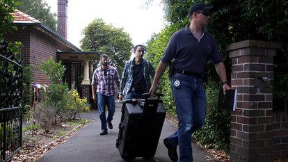 A policial federal da Austrália sai de registrar o domicílio em Sídney do suposto criador da moeda virtual Bitcoin Craig Steven Wright.