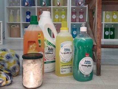 Embalagens plásticas e de vidro com sabão.