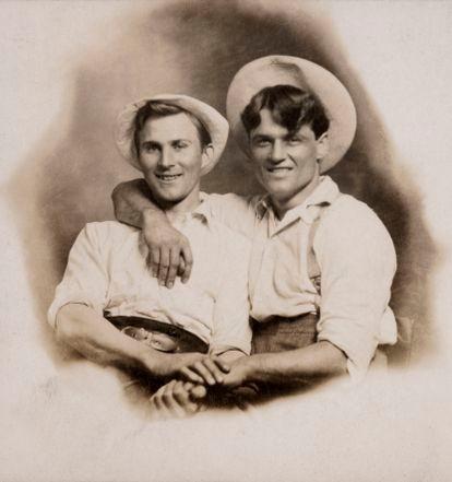 """Cartão postal datado de 1910 com a inscrição: """"E. Thieniann & M. Hunter""""."""