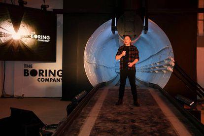 O fundador e executivo-chefe da Tesla, Elon Musk, apresenta à imprensa um protótipo do túnel.