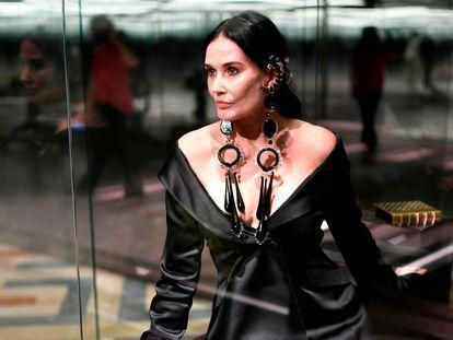 Demi Moore vestida pronta para entrar na passarela em que a Fendi apresentou sua coleção de alta costura em Paris em 27 de janeiro.