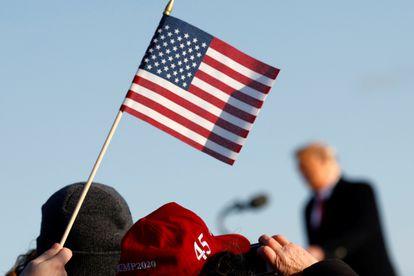 Apoiadores de Trump acompanham seu discurso final como presidente, na base Andrews, na quarta.