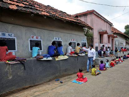 Crianças assistem a aula ao ar livre, por causa da pandemia de covid-19, em Bengala Ocidental, na Índia, em 13 de setembro.