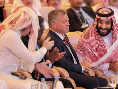 O príncipe herdeiro saudita, Mohamed bin Salman (direita), na terça-feira com convidados ao fórum de Riad