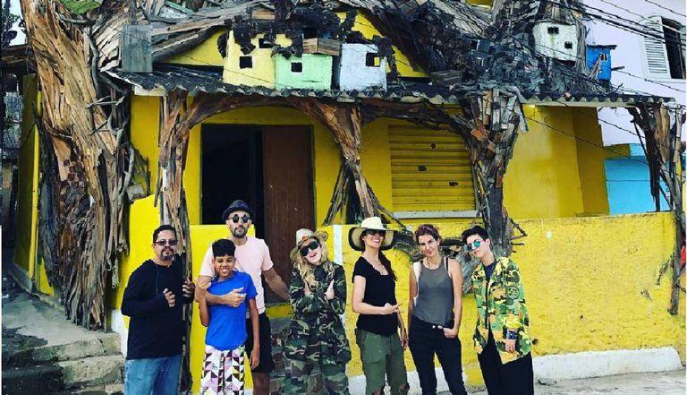 Madonna visitando a Casa Amarela, um centro cultural no Morro da Providência.