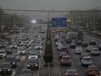 Beijing (China), 15/04/2021.- Vehicles drive on a main road as the area is hit by sandstorm, in Beijing, China, 15 April 2021. EFE/EPA/WU HONG