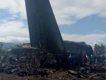Destroços do avião militar que caiu na Argélia.