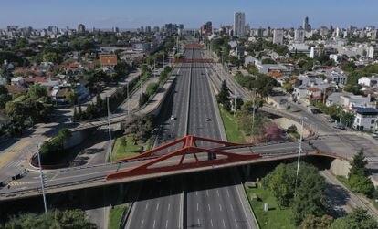 A avenida General Paz de Buenos Aires, praticamente deserta em pleno confinamento.