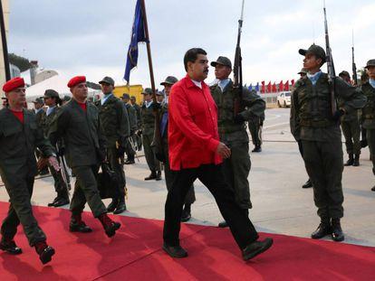 Nicolás Maduro recebe honras militares no aeroporto de Caracas.