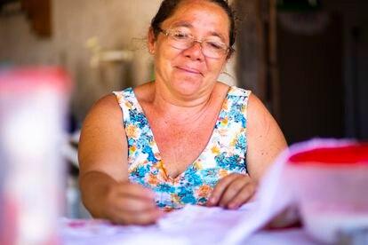 Marcinha faz peças de crochê desde a infância.