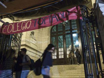 Um grupo de alunos na entrada do Colégio Nacional de Buenos Aires durante o protesto.