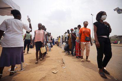 Nigerianos em fila para medir a temperatura em Abuja, na segunda-feira passada.