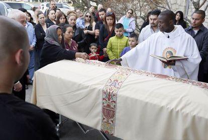 A mãe do assassinado Antonio Zambrano, à esquerda no enterro.