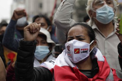 Apoiadores de Pedro Castillo se manifestam enquanto aguardam os resultados das eleições presidenciais nesta segunda-feira, em Lima.
