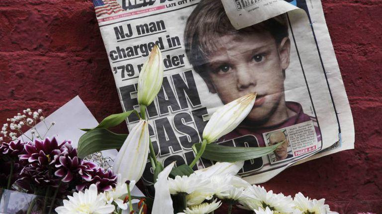 Etan Patz na capa de um jornal em 2012, em um memorial em NY.