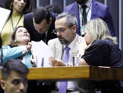 O ministro Abraham Weintraub entre as deputadas Bia Kicis e Joice Hasselmann.