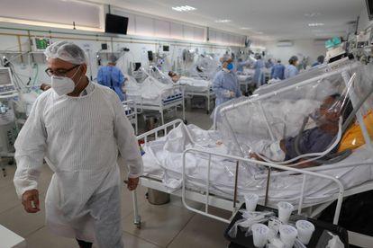 Trabalhadores da saúde e pacientes em uma UTI de covid-19 no Hospital Gilberto Novaes, em Manaus.