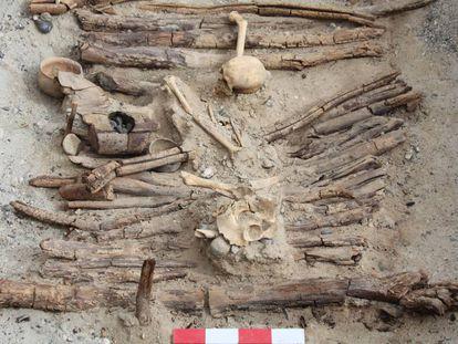 Um dos braseiros, à esquerda, encontrados em uma dezena de tumbas do cemitério de Jirzankal, na cordilheira do Pamir, na China.
