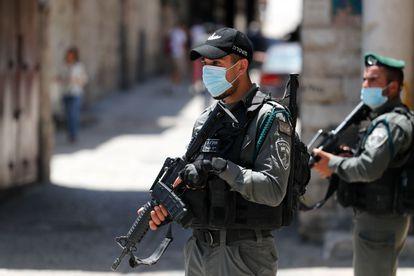 Agentes da Polícia de Fronteira patrulham a área onde o palestino foi morto.