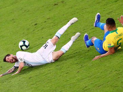 Messi é derrubado por Casemiro no clássico sul-americano.