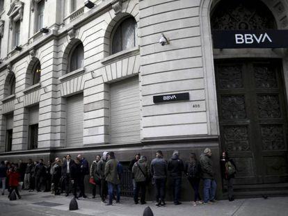 Fila em frente a uma sucursal do BBVA nessa segunda-feira antesda abertura. No vídeo, entrevistas com clientes dos bancos.