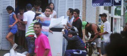 Um grupo de pessoas saqueia uma loja em Tucumán (noroeste).