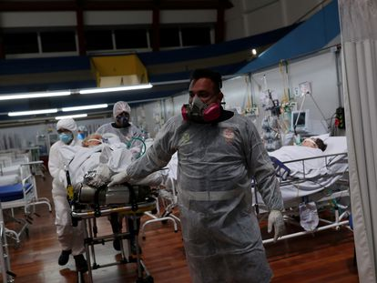 Médicos e enfermeiros atendem pacientes com covid-19 em hospital montado num ginásio em Santo André (SP), no dia 1 de janeiro.