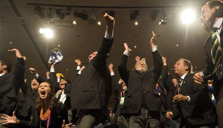 Lula, Carlos Arthur Nuzman, presidente da candidatura olímpica e o ex-governador do Rio Sergio Cabral comemoram a escolha do Rio como sede em Copenhague.