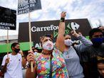 Manifestantes no protesto em frente a uma loja do supermercado Carrefour, após o espancamento até a morte de João Alberto Silveira Freitas, de 40 anos.