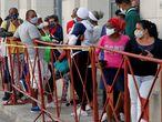 AME2765. LA HABANA (CUBA), 02/02/2021.- Personas con tapabocas hacen fila hoy para comprar alimentos en un mercado de La Habana (Cuba). Cuba superó este martes nuevamente el millar de contagios diarios de la covid-19 y alcanzó un nuevo máximo total al registrar 1.044 casos, según el parte diario del Ministerio de Salud Pública (Minsap). EFE/ Ernesto Mastrascusa