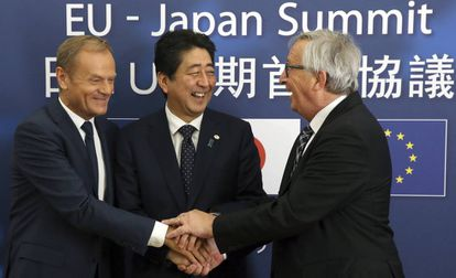 O presidente do Conselho Europeu, Donald Tusk, com o primeiro-ministro japonês, Shinzo Abe, e o chefe da Comissão, Jean-Claude Juncker.