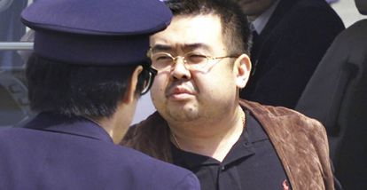 Kim Jong-nam escoltado no Japão, em 2001