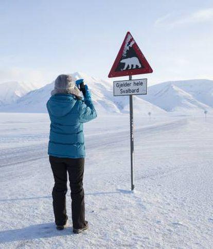 Sinal de advertência no vale de Adventdalen, perto de Longyearbyen, nas ilhas Svalbard (Noruega)