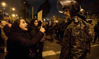 Mulher se dirige a um policial durante vigília, no sábado, pelas vítimas do voo da Ukraine International Airlines abatido pelo Irã, concentração que se transformou em um protesto antigovernamental.