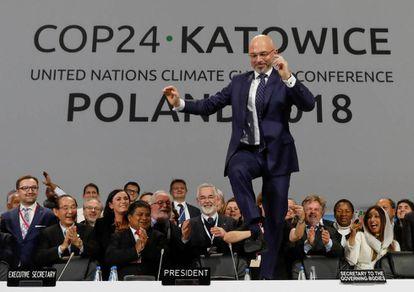 O presidente da cúpula, Michal Kurtyka, reage ao pacto alcançado pelos países em Katowice, Polônia.