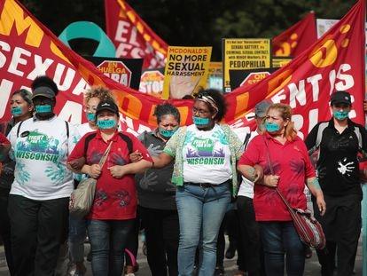 Funcionárias do McDonald's protestam contra os casos de abuso sexual na companhia, em Chicago, em setembro de 2018.