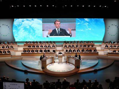 O presidente Emmanuel Macron em um ato público às vésperas da cúpula do clima em Paris