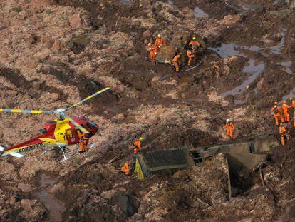 Equipe de resgate na área do rompimento da barragem.